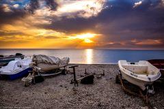 Barcos varados en la playa de poniente de Cabo de Gata al atardecer.